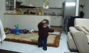 Το πιο βαρύ ζεϊμπέκικο το χορεύει ο Γιάννης κι είναι μόλις 10 μηνών (βίντεο)