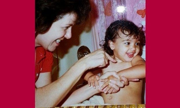 Γιαγιά κι εγγονή την ώρα του μπάνιου! Η μπέμπα μεγάλωσε κι αναστάτωσε τον πλανήτη! (εικόνες)