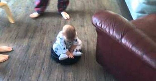 Μωράκι κάνει βόλτες με μια ηλεκτρική σκούπα! (βίντεο)