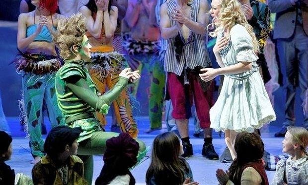 Μία πρόταση γάμου βγαλμένη από παραμύθι! Ο Πίτερ Παν ζητάει το χέρι της Γουέντι! (βίντεο)