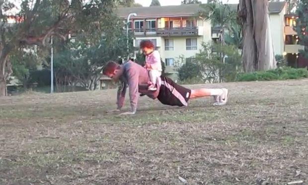 Οι περιπέτειες του μπαμπά! Γυμναστική με το μωρό στο πάρκο! (βίντεο)