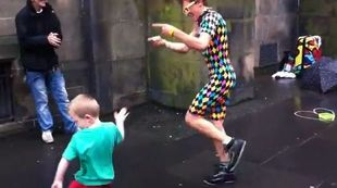 Ο πιο χαρούμενος street performer είναι 5 ετών και κλέβει κυριολεκτικά την παράσταση! (βίντεο)