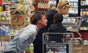 Η Σαρλίζ ψωνίζει κι ο Σον Πεν κάνει αστείες γκριμάτσες στο γιο της! (εικόνες)