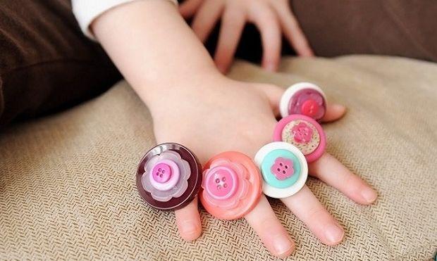 Ανακυκλώστε τα παλιά σας κουμπιά φτιάχνοντας δαχτυλίδια για την κορούλα σας (εικόνες)