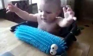 Δείτε την απίστευτη αντίδραση του μωρού όταν πιάσει το παιχνίδι του! (βίντεο)