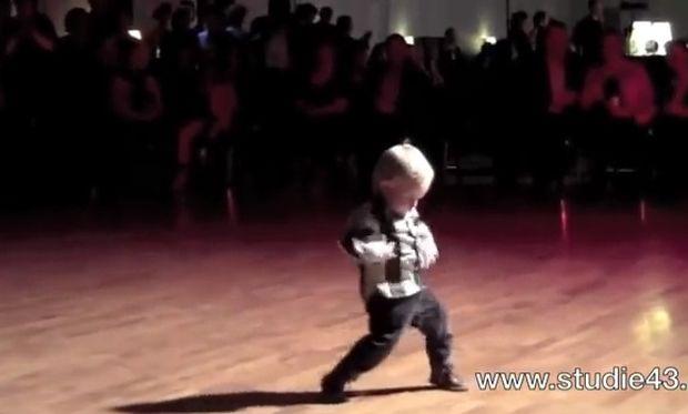 Απολαυστικό! Δίχρονος χορεύει jive στον ρυθμό του Ελβις Πρίσλεϊ! (βίντεο)
