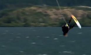 Μας έβαλε τα γυαλιά! Αυτός ο έφηβος είναι κορυφή στο kiteboard  (βίντεο)
