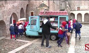 H ιστορία του δασκάλου που μοιράζει βιβλία στα παιδιά ταξιδεύοντας με το τρίτροχο του (εικόνες, βίντεο)