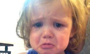 Τι κάνει μία 2χρονη όταν ακούει το τραγούδι που χόρεψαν οι γονείς της στο γάμο τους! (βίντεο)