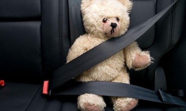 Θα αφήνατε το παιδί σας να το συνθλίψουν 3 τόνοι; Τότε γιατί το αφήνετε λυτό στο αυτοκίνητο; Γράφει η Ελένη Κεχαγιά