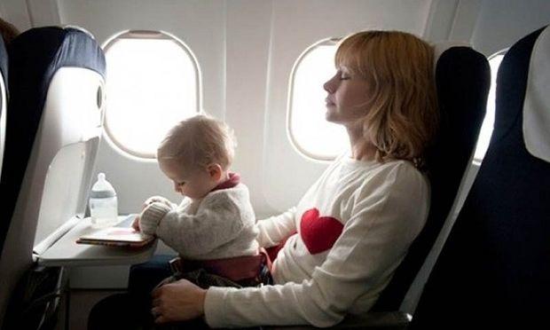 Μωρό σταμάτησε να αναπνέει εν ώρα πτήσης αλλά σώθηκε χάρη στον Ελληνα κυβερνήτη