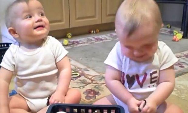 Ξεκαρδιστικό! Τα διδυμάκια μιμούνται το φτέρνισμα του μπαμπά τους (βίντεο)
