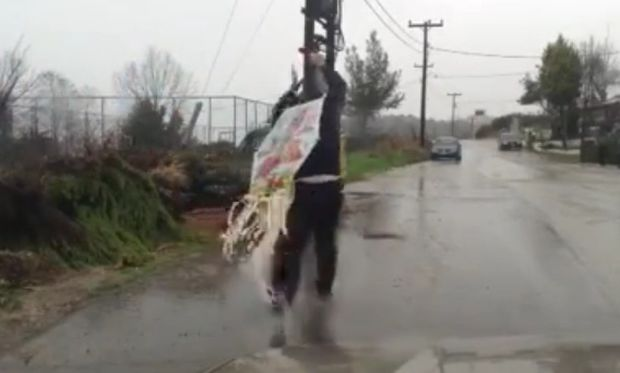 Τί σκαρφίστηκε ένας Ελληνας πατέρας για να πετάξει χαρταετό με βροχή; (βίντεο)