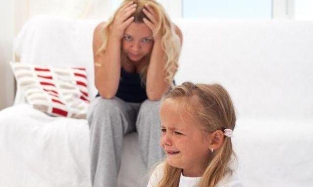 «Το παιδί μου γκρινιάζει συνέχεια. Τι να κάνω;», γράφει η εκπαιδευτική ψυχολόγος Δήμητρα Δάμτσα