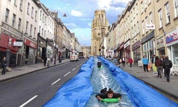 Απίστευτο! Μία νεροτσουλήθρα στο κέντρο της πόλης για μικρούς και μεγάλους! (εικόνες)