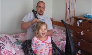 Θεότρελος μπαμπάς μαζεύει τα μαλλιά των κοριτσιών του με την... ηλεκτρική σκούπα! (βίντεο)