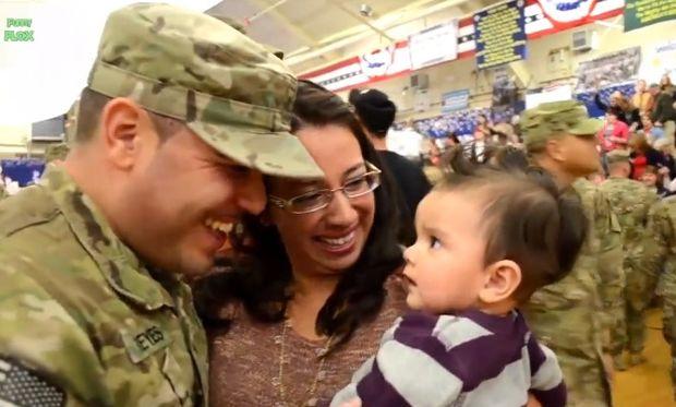Στρατιώτες βλέπουν τα μωράκια τους για πρώτη φορά (βίντεο)