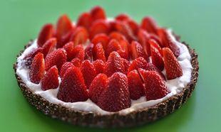 Συνταγή για νηστίσιμη τάρτα με σοκολάτα, φράουλες και σαντιγί καρύδας από τον Γιώργο Γεράρδο