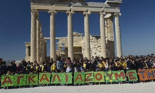 Παγκόσμια Ημέρα κατά του Ρατσισμού: 2.500 παιδιά «αγκάλιασαν» την Ακρόπολη (εικόνες)