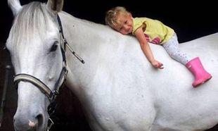 Αυτό το βίντεο θα σε «αγγίξει»! Κοριτσάκι βγάζει βόλτα ένα ξεχωριστό άλογο