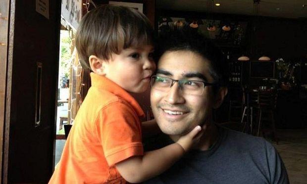 Πώς να μην λατρεύει τον μπαμπά του; Τον μεταμορφώνει σε όποιον σούπερ ήρωα θέλει! (videos)