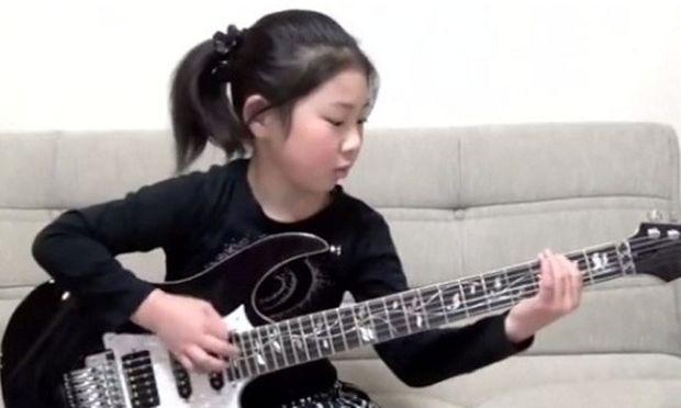 Αυτό είναι ταλέντο! Η 8χρονη παίζει ηλεκτρική κιθάρα σαν επαγγελματίας! (βίντεο)