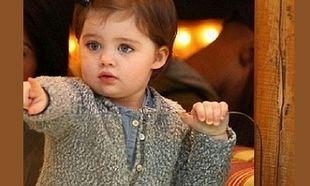 Εσείς ξέρετε ποια είναι η μαμά αυτής της μικρής κούκλας; (εικόνες)