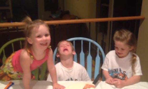 Δείτε την ξεκαρδιστική αντίδραση του πιτσιρικά όταν μαθαίνει πως θα αποκτήσει και τρίτη αδερφούλα