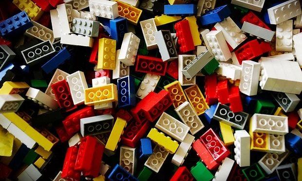 Εσείς ξέρετε πώς δημιουργήθηκαν τα πιο διάσημα τουβλάκια; Η συγκινητική ιστορία πίσω από τα Lego! (εικόνες)