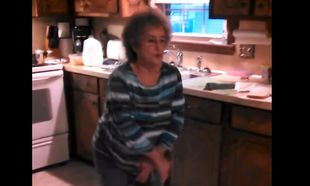 Η γιαγιά τα «σπάει» χορεύοντας «ice ice baby» (βίντεο)