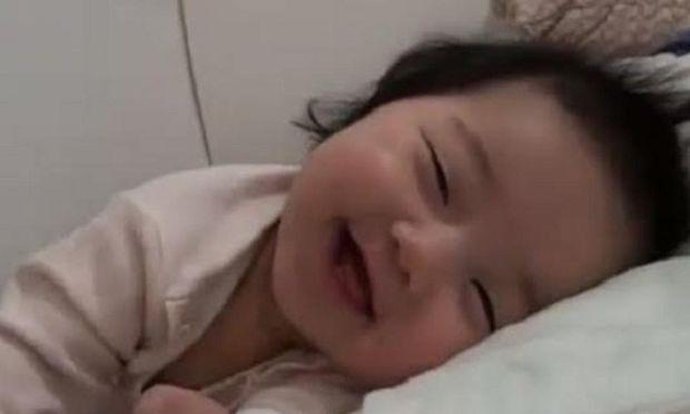 Αυτό το μωρό είναι αξιολάτρευτο! Προσπαθεί να μείνει ξύπνιο, αλλά δεν τα  καταφέρνει! (βίντεο)