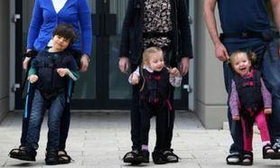 Η μητέρα που δεν το έβαλε κάτω! Βοήθησε το γιο της να περπατήσει ενώ οι γιατροί της το είχαν αποκλείσει