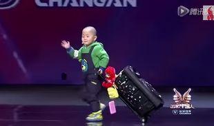 «Χορεύω, γιατί κάνω τη μαμά μου να γελάει»! Ο τρίχρονος που μάγεψε τους πάντες (βίντεο)