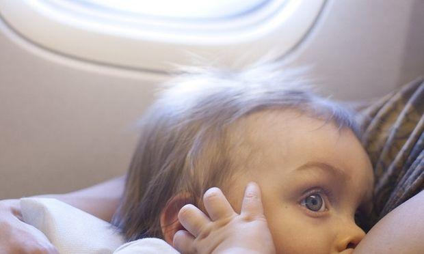 Θηλάζω και θα ταξιδέψω με αεροπλάνο. Τι πρέπει να κάνω;