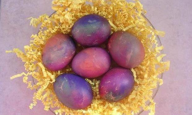 Βάφουμε πολύχρωμα αυγά με χαρτιά γκοφρέ