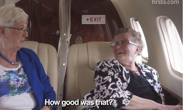 Απίθανο! Γιαγιάδες μπαίνουν για πρώτη φορά σε αεροπλάνο (βίντεο)