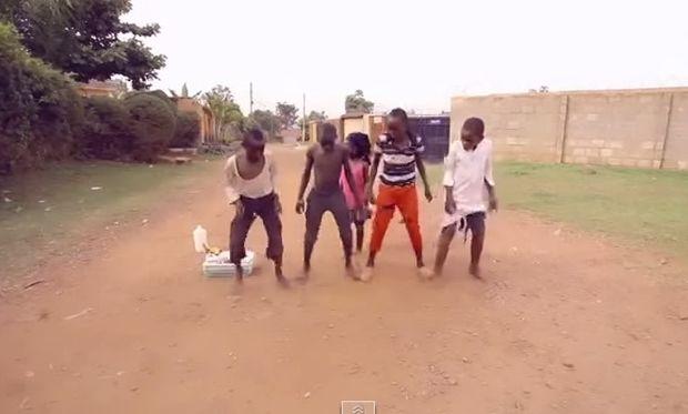 O χορός είναι στο αίμα τους! Οταν τα παιδιά της Αφρικής διασκεδάζουν στην μέση του δρόμου! (βίντεο)