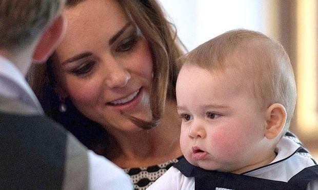 Αν είναι δυνατόν! Έκαναν photoshop στον πρίγκιπα Τζορτζ! (εικόνες)