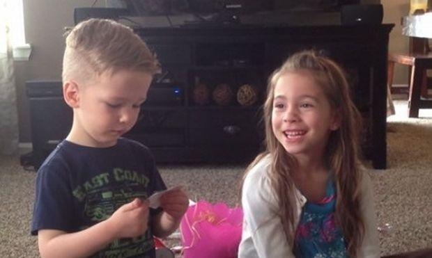 Τα δύο αδελφάκια μαθαίνουν ότι η μαμά τους είναι έγκυος! Δείτε την αντίδρασή τους! (βίντεο)