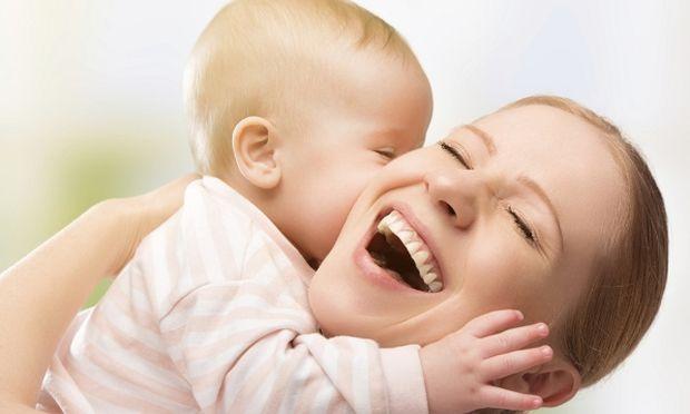 «Εσύ με έκανες μητέρα». Ένα βίντεο-ύμνος στη μητρότητα! Χρόνια πολλά μανούλες (βίντεο)