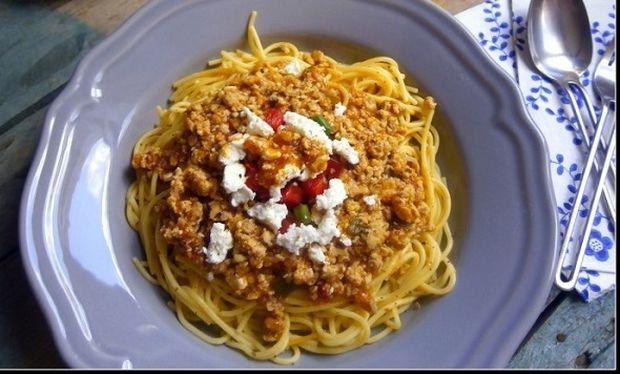 Συνταγή για μακαρονάδα χωρίς γλουτένη με σάλτσα πιπεριάς και κιμά!