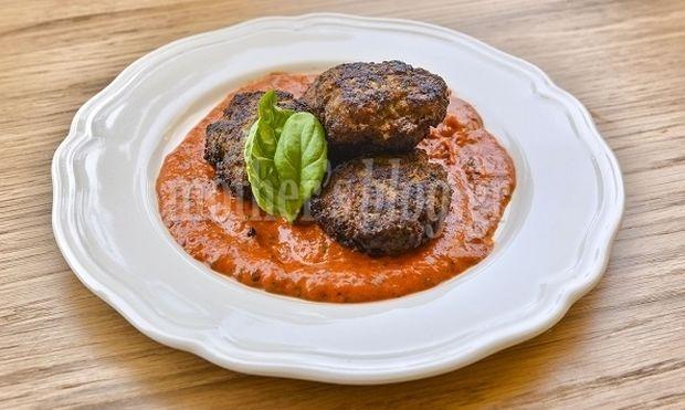 Αρωματικά χοιρινά κεφτεδάκια με σάλτσα ψητής κόκκινης πιπεριάς