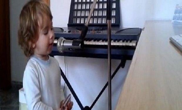 Αυτός ο 2χρονος θα σας μαγέψει! Τραγουδάει μπλουζ καλύτερα από επαγγελματία! (βίντεο)