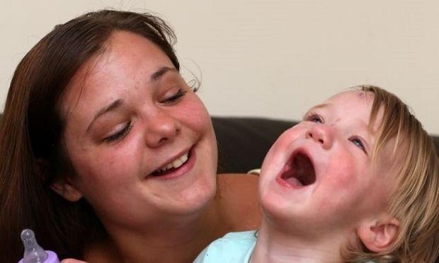 Απίστευτο! Κόρη έγινε παρένθετη μητέρα για την 50χρονη μαμά της αλλά δεν της δίνει το μωρό!