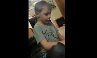 Αγχος! Αυτός ο 5χρόνος πιτσιρικάς τρελαίνεται στην ιδέα να δεσμευτεί με τρία κορίτσια! (βίντεο)