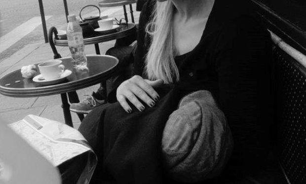 Διάσημη Ελληνίδα μανούλα θηλάζει το παιδί της στο κέντρο του Παρισιού!