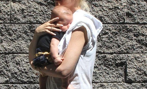 Αυτή η διάσημη μανούλα δεν αποχωρίζεται ποτέ το μωρό της! (φωτογραφίες)