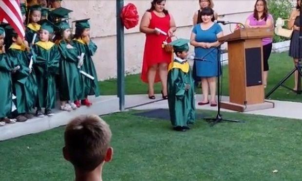 «Θα γίνω μπάτμαν»! Η επίσημη δήλωση ενός 5χρονου στην αποφοίτησή του από τον παιδικό σταθμό! (βίντεο)