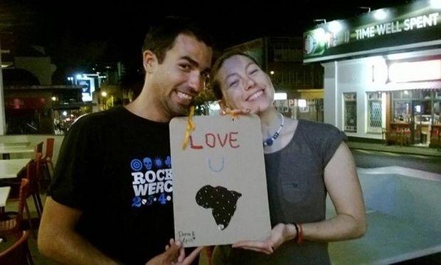 Νεαρό ζευγάρι Ελλήνων θέλει να αλλάξει τον κόσμο και «μεταδίδει» την ελπίδα (εικόνες και βίντεο)