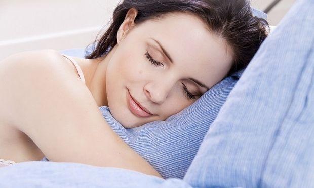 Ο ύπνος με φως στην κρεβατοκάμαρα αυξάνει τον κίνδυνο παχυσαρκίας